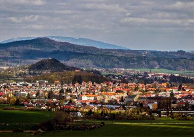 Město Jičín s vrchem Zebínem